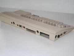 De achterzijde van de Commodore C65.