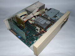Binnenzijde van de Commodore PC 20-II computer.