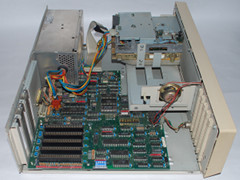 Het moederbord van de Commodore PC 20-II computer.