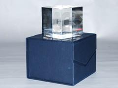 Een glazen kubus ter ere van het 25 jaar bestaan van Commodore.
