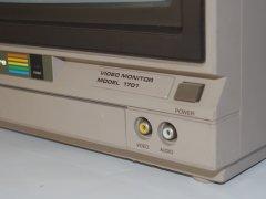 Die Audio-und Video-Anschlüsse auf der Vorderseite des Commodore 1701 Monitor.