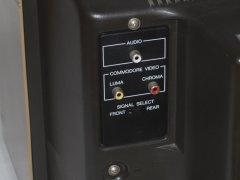 Die Audio-und Video-Buchsen auf der Rückseite des Commodore 1701 Monitor.